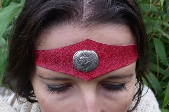 Diadème avec motif métal en cuir rouge