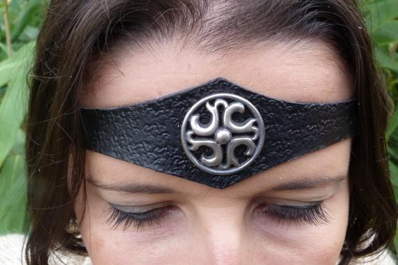Diadème avec motif métal en cuir noir