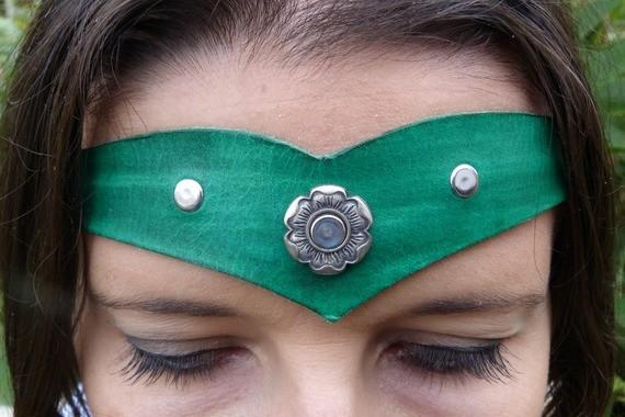 Diadème avec motif métal en cuir vert