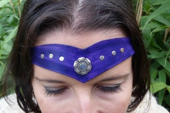 Diadème avec motif métal en cuir violet