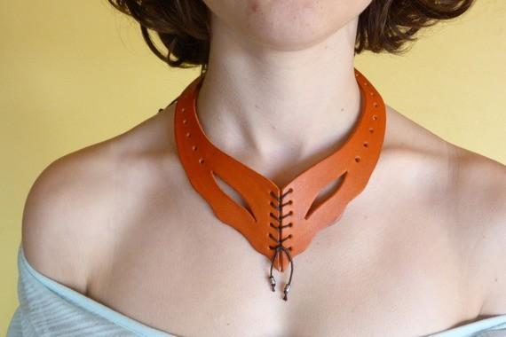 Collier orange, en cuir avec laçage et perles en métal
