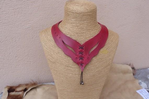 """Collier turquoise, """"tan"""", violet, orange, noir, marron, rouge,  en cuir avec laçage et perles en métal"""