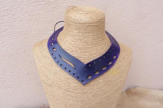 Collier violet, en cuir ajouré avec laçage et perles en métal