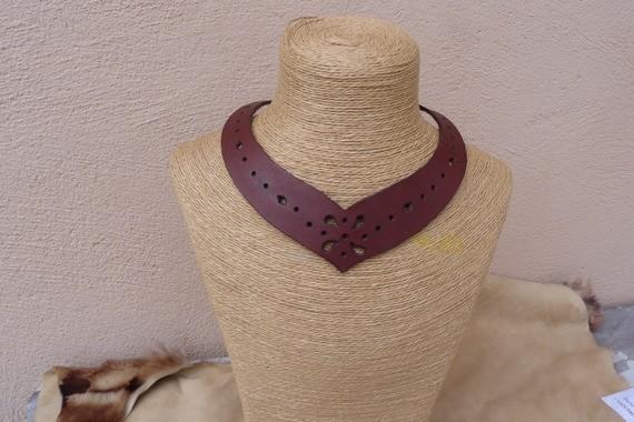 Collier ras du cou marron en cuir ajouré, très féminin