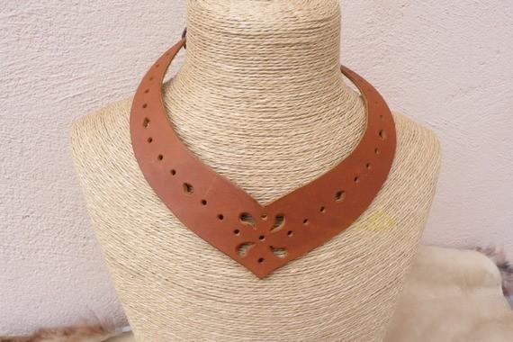 Collier ras du cou tan en cuir ajouré, très féminin, style médiéval