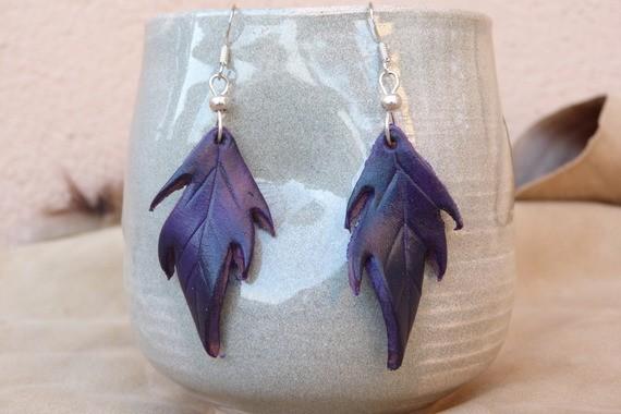Petites feuilles en cuir violettes