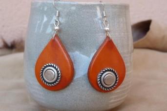 """Boucles d'oreilles """" fantaisie"""" en cuir orange déco métal argenté"""