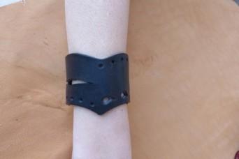 Bracelet noir en pointe en cuir ajouré