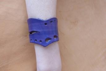 Bracelet violet en pointe en cuir ajouré