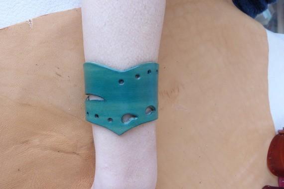 Bracelet turquoise en pointe en cuir ajouré