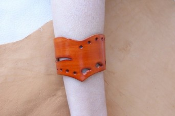 Bracelet orange en pointe en cuir ajouré