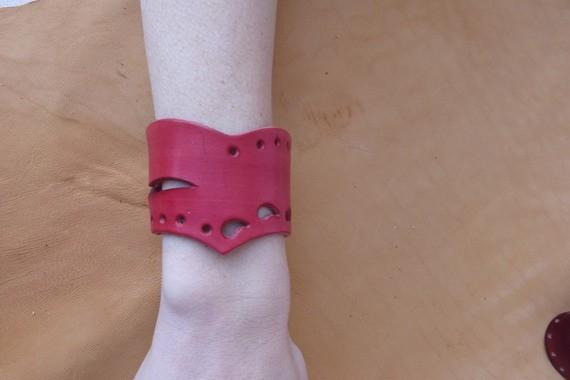 Bracelet rouge en pointe en cuir ajouré