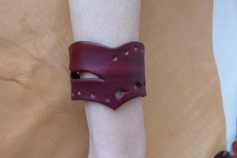 Bracelet bordeaux en pointe en cuir ajouré