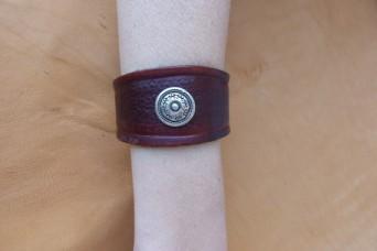 Bracelet marron en cuir repoussé déco vieil argent