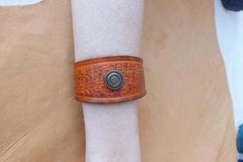 Bracelet tan en cuir repoussé déco vieil argent