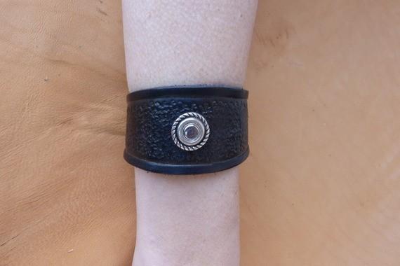 Bracelet noir en cuir repoussé déco vieil argent