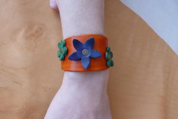 """Bracelet orange en cuir """"petites fleurs """""""