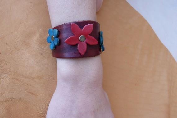 """Bracelet marron en cuir """"petites fleurs """""""