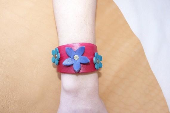 "Bracelet rouge en cuir ""petites fleurs """