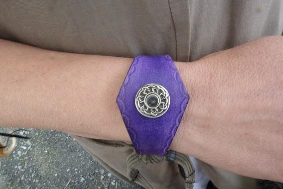 Bracelet en cuir violet avec motif métal