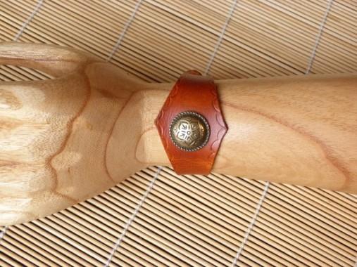 Bracelet en cuir tan avec motif métal