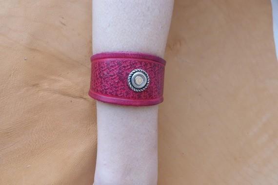 Bracelet rouge en cuir repoussé déco vieil argent