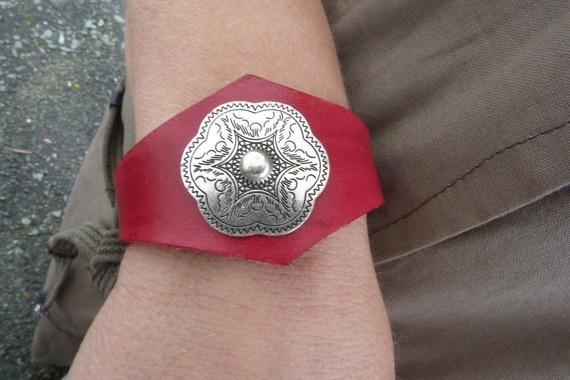 Bracelet en cuir noir avec motif métal