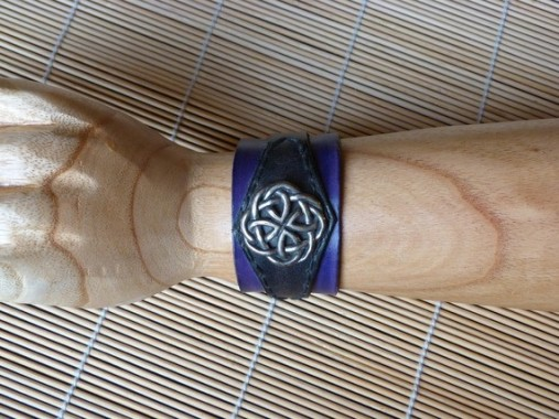 Bracelet    violet et marron en cuir déco vieil argent