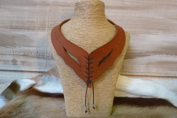 """Collier""""tan"""",  en cuir avec laçage et perles en métal"""