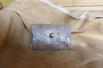 """Porte monnaie en cuir """"gris argenté fleuri"""""""