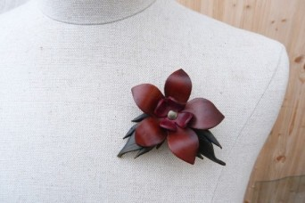 Broche fleur marron, rouges et feuilles
