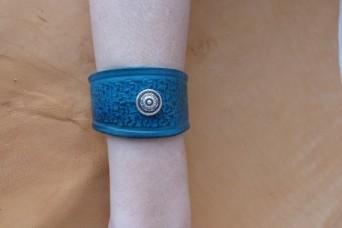 Bracelet turquoise en cuir repoussé déco vieil argent
